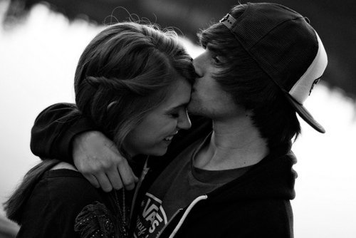 Bilder von Mädchen und Jungen küssen